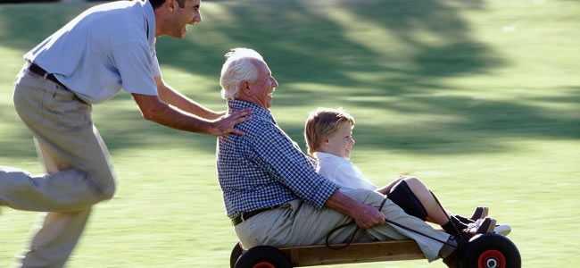 homem-empurrando-carrinho-com-idoso-e-uma-criança